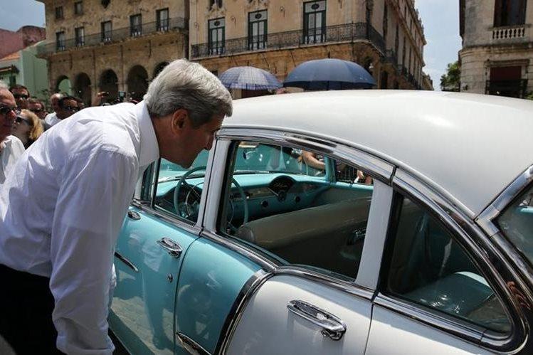 John Kerry, secretario de Estado de EE. UU. se detiene a admirar un vehículo clásico, de los muchos que se ven en La Habana Vieja. (Foto Prensa Libre: EFE).