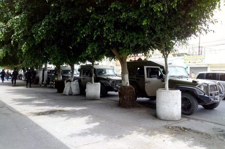 Al mediodía la patrulla de vehículos Jeep J8 hizo una parada sobre la 12 avenida y 24 calle de la zona 5 donde los agentes ingirieron sus alimentos.
