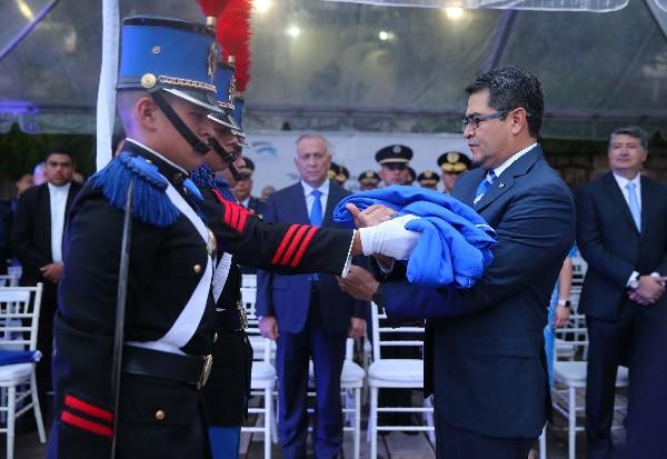 Juan Orlando Hernández (d), participa en las fiestas conmemorativas de la Independencia. (EFE).