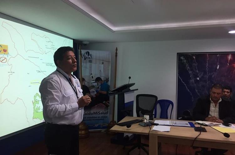 Juan Hernández de la Municipalidad de Villa Nueva explica parte del proceso a efectuar en las escuelas. (Foto Prensa Libre: Eduardo González)