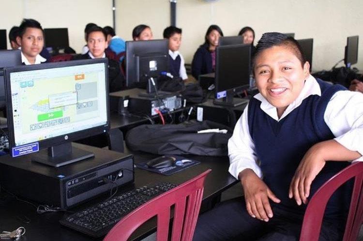 La donación de computadoras es parte del destino final de los recursos recaudados en el evento. (Foto Prensa Libre: Cortesía)
