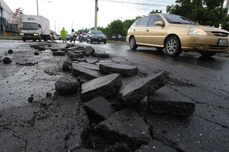 Asfalto dañado en la avenida Hincapié zona 13.(Prensa Libre: Esbin García)