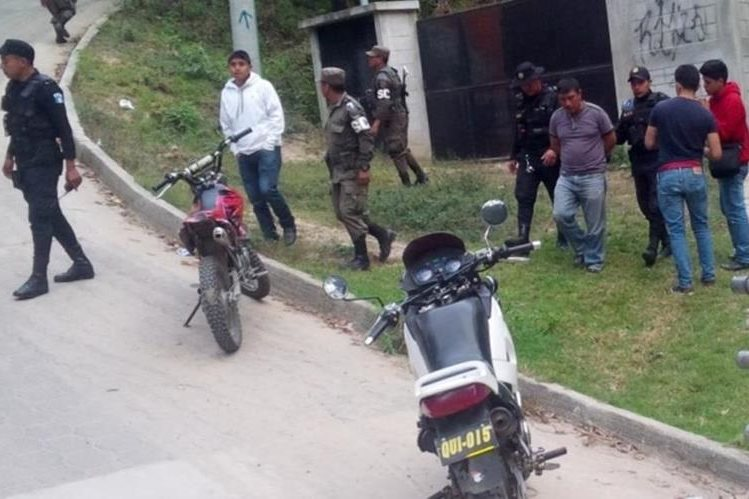 Momento de la captura de Mazariegos Gómez, en un sector de la zona 6 de Santa Cruz del Quiché. (Foto Prensa Libre: Óscar Figueroa).