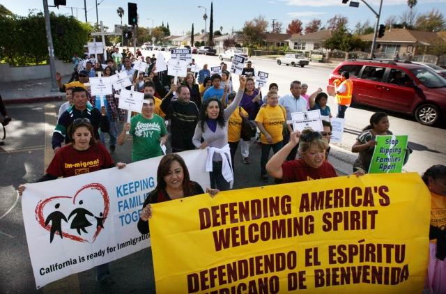 Los inmigrantes marchan en North Hollywood exigiendo el cese de las deportaciones. (Foto Prensa Libre:AP)