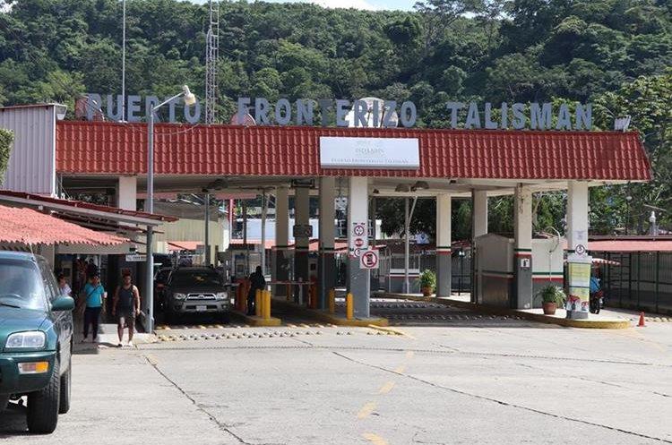 Decenas de vehículos cruzan el puente fronterizo Talismán, en El Carmen Malacatán, San Marcos. (Foto Prensa Libre: Whitmer Barrera)