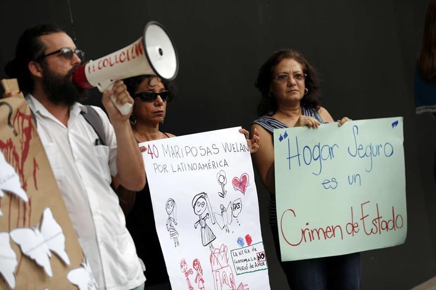 Un grupo de personas protesta en las inmediaciones de la embajada de Guatemala en Panamá. (Foto Prensa Libre: EFE).