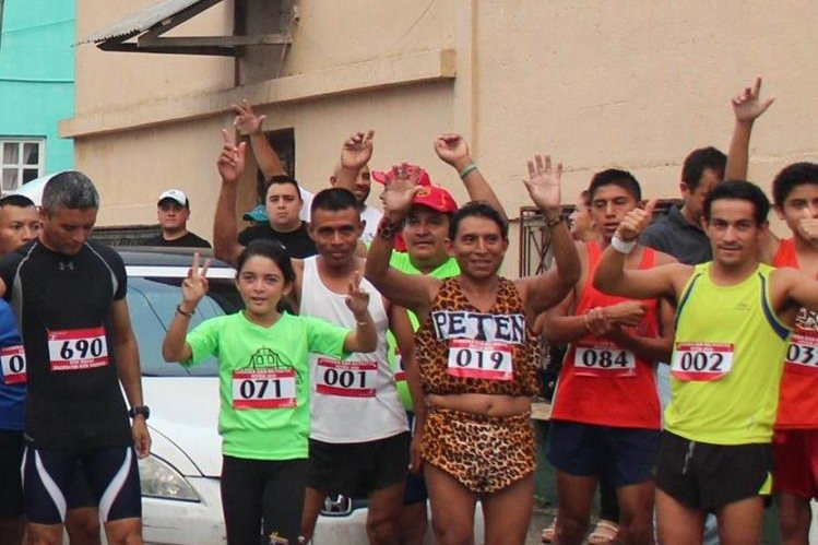 Miguel Ángel Tesucún junto a otros atletas que participaron en la carrera de San Silvestre en Flores, Petén, en diciembre del 2015. (Foto Prensa Libre: Rigoberto Escobar).