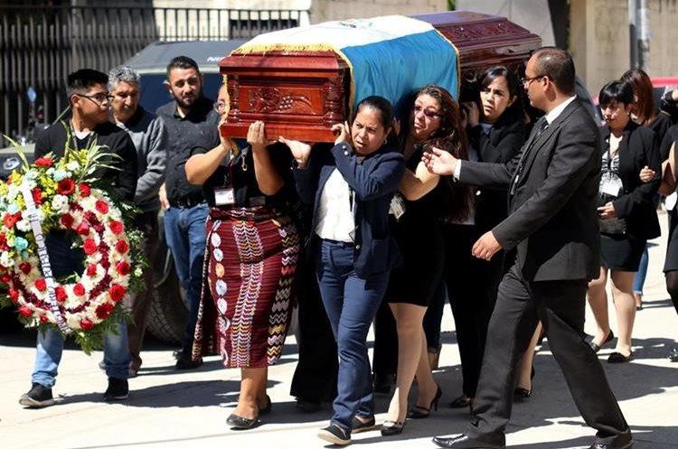 Compañeros y familiares dan el último adiós al auxiliar fiscal