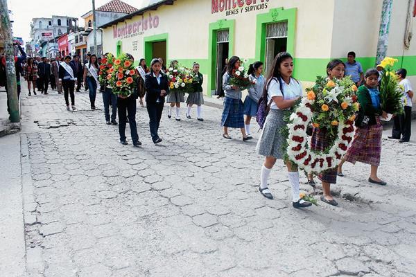 La comunidad educativa de Quiché rinde homenaje póstumo a los maestros fallecidos, en Santa Cruz del Quiché. (Foto Prensa Libre: Óscar Figueroa)