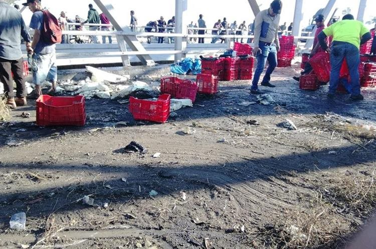 La mercadería que transportaba el tráiler quedó tirada en la carretera. (Foto Prensa Libre: Enrique Paredes).