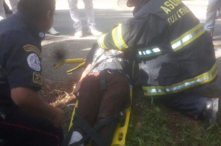 Un estudiante resultó con una posible fractura en la pierna. (Foto Prensa Libre: Héctor Cordero)