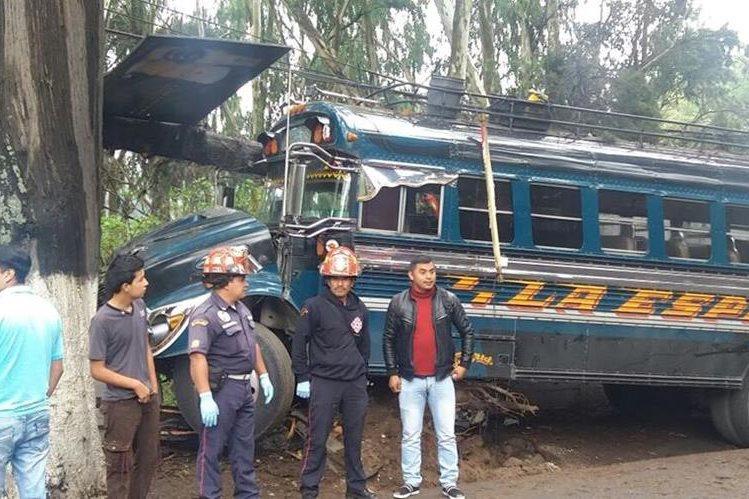 Autobús queda con daños luego de choque en el km 56 de la ruta entre Chimaltenango y Parramos. (Foto Prensa Libre: Víctor Chamalé)