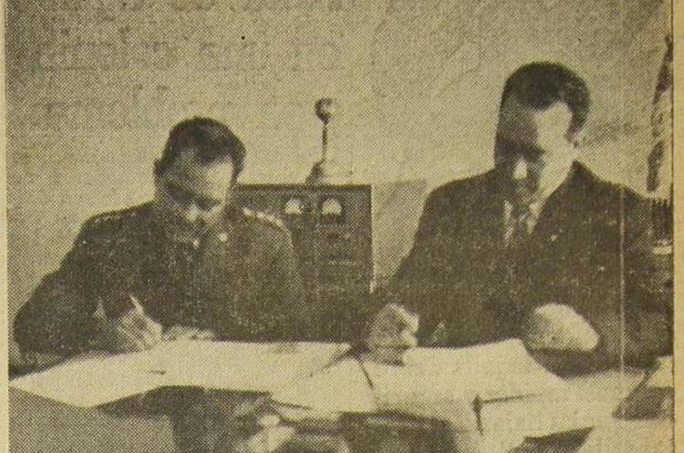 El coronel Carlos E. de León, a la izquierda, director general de la Policía Nacional, junto al coronel Antonio Estrada Sanabria, el 7/1/1956. (Foto: Hemeroteca PL)
