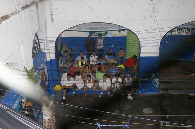 Los reos en la cárcel de Retalhuleu fueron sacados al patio durante la requisa. (Foto Prensa Libre: Rolando Miranda)
