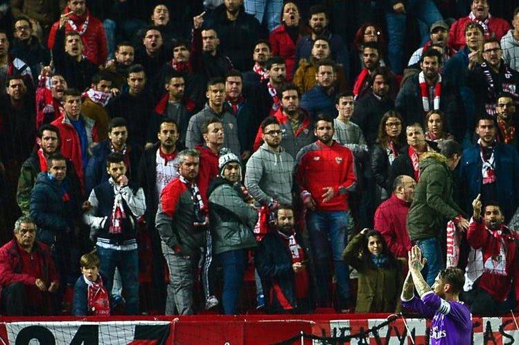 Sergio Ramos ha sido duramente criticado por su celebración y responder a los insultos a los aficionados del Sevilla. (Foto Prensa Libre:AFP)