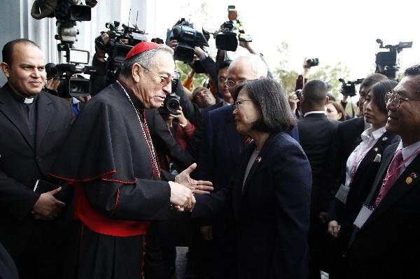 Tsai Ing-wen (c) saluda all cardenal hondureño, Óscar Andrés Rodríguez (i). (AFP).