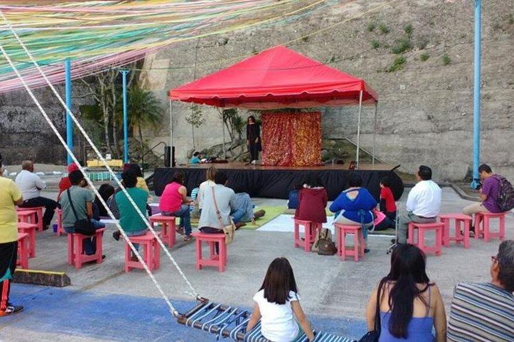 El espectáculo circense de Freskolongo cautiva al público que se da cita en Plaza La Herradura. (Foto Prensa Libre: Trazo GT)