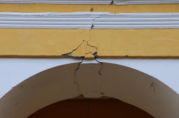 Edificios emblemáticos, viviendas y otras estructuras, resultaron dañados con el sismo de este jueves de magnitud 6.7 grados Richter. (Foto Prensa Libre: Julio Sicán)