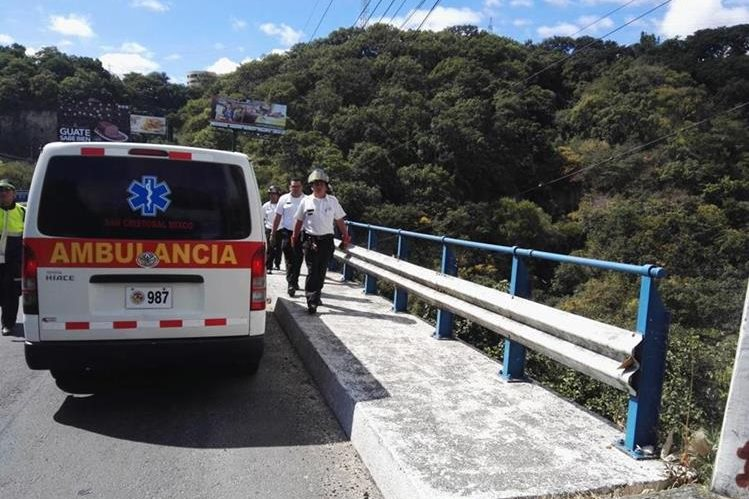 Bomberos Voluntarios coordinan rescate del cadáver de una mujer que se lanzó del puente San Cristóbal, en Mixco. (Foto Prensa Libre: Bomberos Voluntarios)