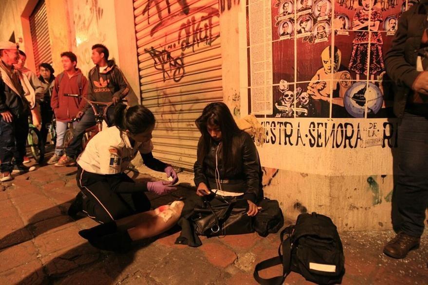 Bomberos atienden a una mujer que resultó lastimada. (Foto: Esbin García)