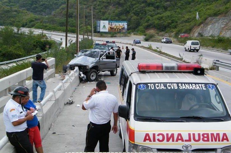 Socorristas resguardan el lugar donde se registró el accidente que cobró la vida de una mujer. (Foto Prensa Libre: Héctor Contreras)