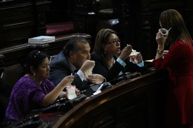 Diputados comieron sundaes cuando los funcionarios daban informes sobre la tragedia en Hogar Seguro. (Foto Prensa Libre: Erick Avila)