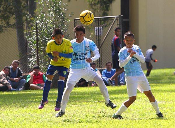 Varios niños y jóvenes compartieron sus destrezas en el terreno de juego, como parte de la sexta edición del Festival Formativo Internacional de Futbol Base (Foto Prensa Libre: Edwin Fajardo)