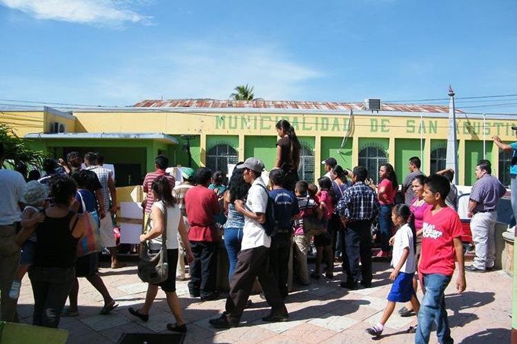 Manifestantes se reúnen frente a la Municipalidad de San Agustín Acasaguastlán para señalar aumento en los precios de varios servicios. (Foto Prensa Libre: Héctor Contreras)