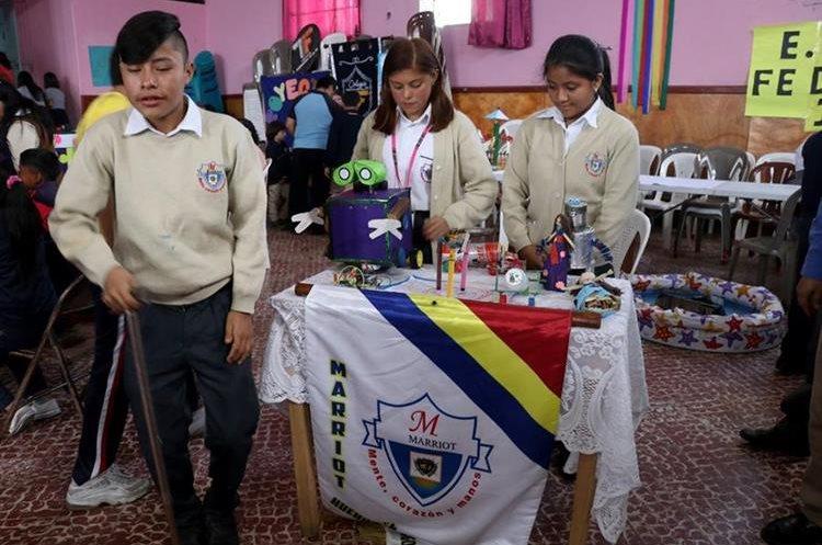 Estudiantes del Colegio Marriot muestran sus proyectos, entre estos dos robots. (Foto Prensa Libre: Mike Castillo).