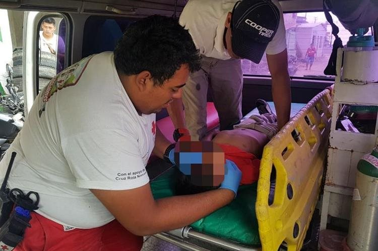 El menor de 8 años fue agredido por compañeros de clases en Nuevo San Carlos, Retalhuleu. (Foto Prensa Libre: Cortesía Cruz Roja)