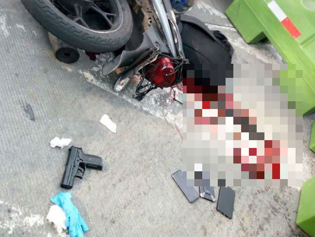Pistola de juguete y teléfonos móviles que quedaron en el lugar donde fue baleado un supuesto ladrón en la zona 9. (Foto Prensa Libre: Amílcar Montejo)
