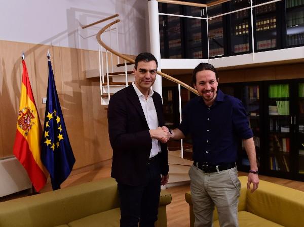 <span>Pedro Sánchez</span> <span>(</span><span>i</span><span>)</span> <span>estrecha la mano</span> <span>con</span> <span>Pablo Iglesias</span><span>.</span>