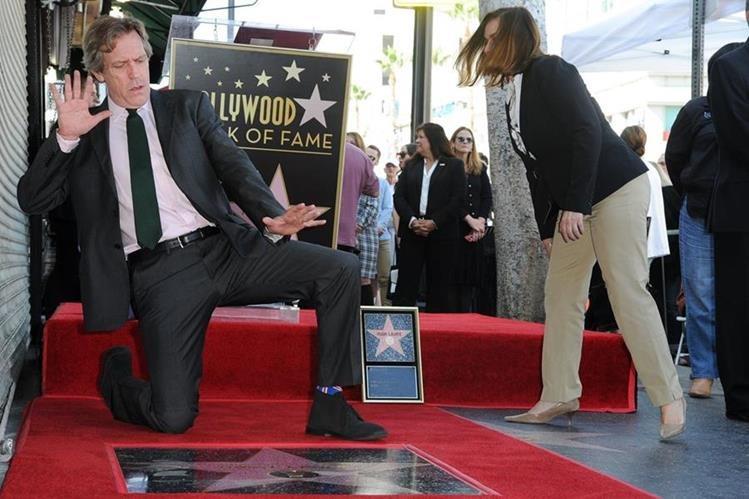 Hugh Laurie muestra su entusiasmo por su estrella en el Paseo de la Fama en Hollywood. (Foto Prensa Libre: EFE)
