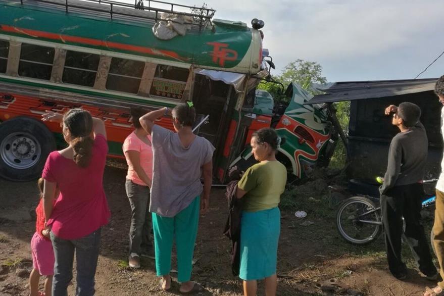 Choque de autobús en Barberena causa dos personas heridas. (Foto Prensa Libre: Oswaldo Cardona)