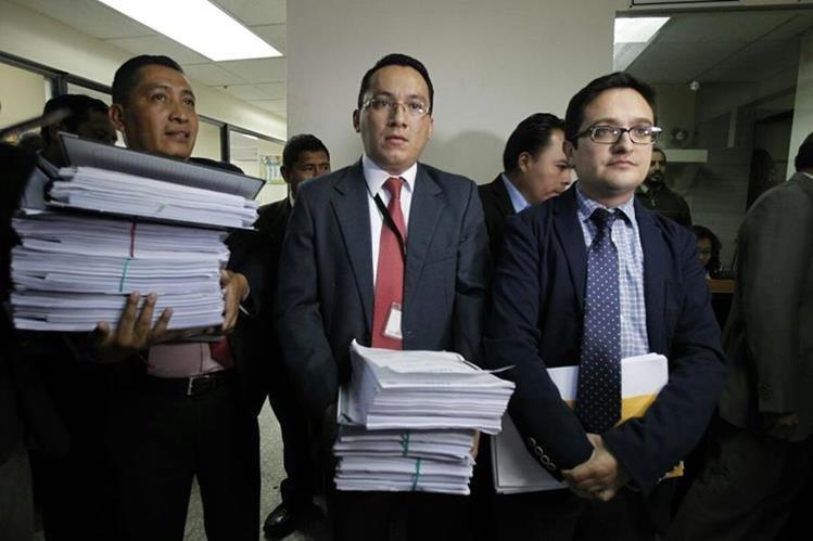 Fiscales del Ministerio Público entregan solicitud de antejuicio contra magistrados. (Foto Prensa Libre: Paulo Raquec)