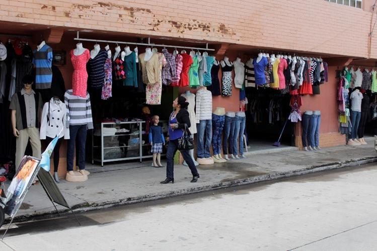 En la zona 3 de la ciudad de Quetzaltenango, negocios de pacas están ubicados cerca de las paradas de autobuses para atraer mayor cantidad de clientes. (Foto Prensa Libre: María José Longo)