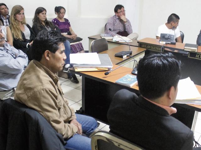 Audiencia en el Tribunal de Sentencia de Sololá, donde hubo participación de una intérprete por el caso de un hombre que fue condenado el pasado 27 de octubre a 57 años de cárcel por femicidio. (Foto Prensa Libre: Ángel Julajuj).