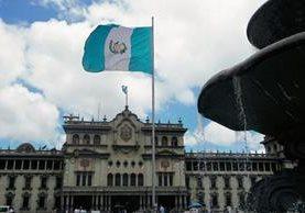 La bandera es la insignia suprema de la Patria, nos representa en cualquier parte del mundo.(Foto Prensa Libre: Álvaro Interiano).