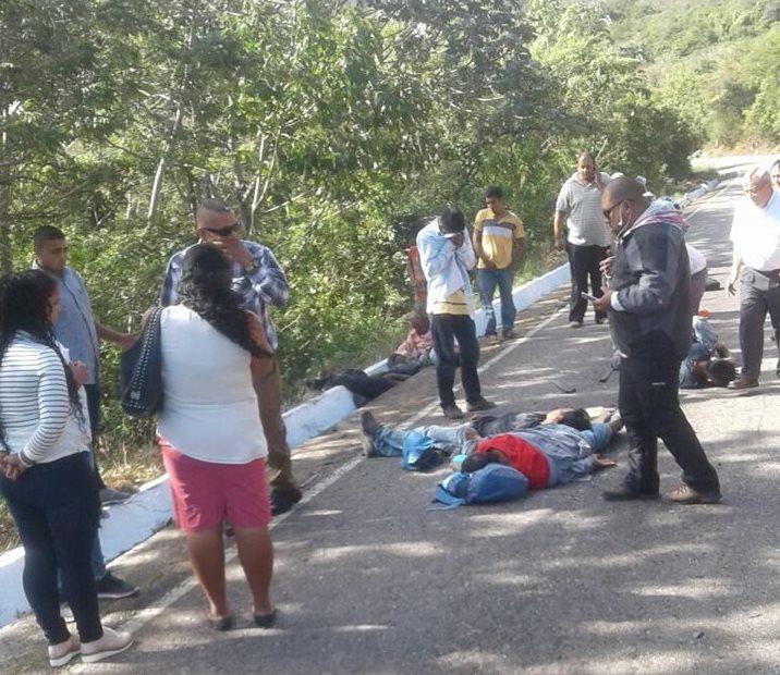 Automovilistas que pasaban por el lugar ayudaron a los heridos mientras llegaban los bomberos.(Foto Prensa Libre:cortesía)