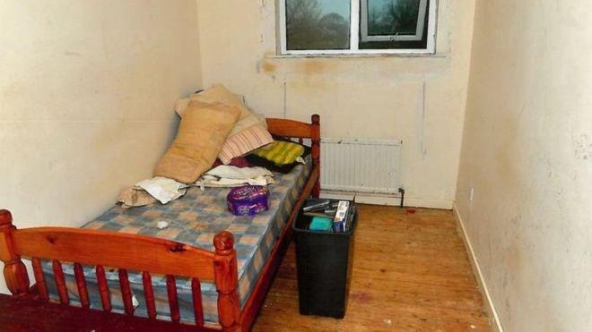 Así encontró la Policía la habitación en la que una mujer pasó ocho años de cautiverio y abusos. POLICÍA DE IRLANDA DEL NORTE