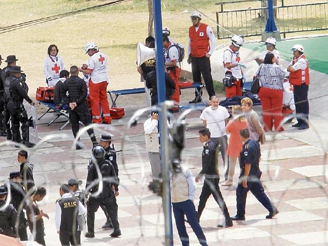 Varias instituciones de socorro y gubernamentales llegaron al lugar de la tragedia cuando la situación se había salido de control. (Foto Prensa Libre: HemerotecaPL)