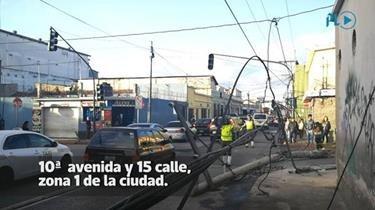 Poste del tendido eléctrico afecta tránsito en zona 1