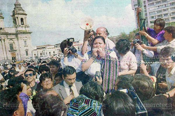 Rigoberta Menchú frente al Palacio Nacional. (Foto: Hemeroteca PL)