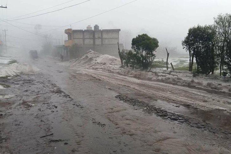 La calle principal de Chajabal, San Andrés Xecul, Totonicapán, quedó cubierta por granizo. (Foto Prensa Libre: Cortesía Rigo Chan)