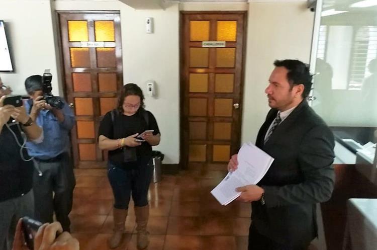 El presidente de la Cámara de Medios de Comunicación, Rodolfo jiménez muestra el documento de la acción presentada. (Foto Prensa Libre: Manuel Hernández)
