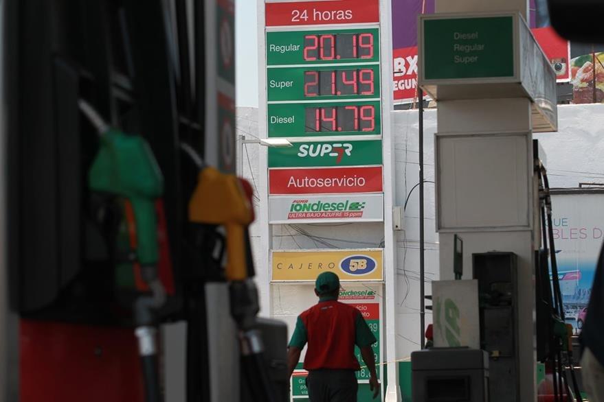 Con una regla de tres puede calcular el rendimiento de su combustible por kilómetro recorrido. (Foto Prensa Libre: Hemeroteca)
