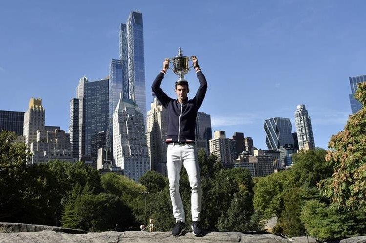Djokovic luce el trofeo de campeón del Abierto de Estados Unidos. (Foto Prensa Libre: EFE).