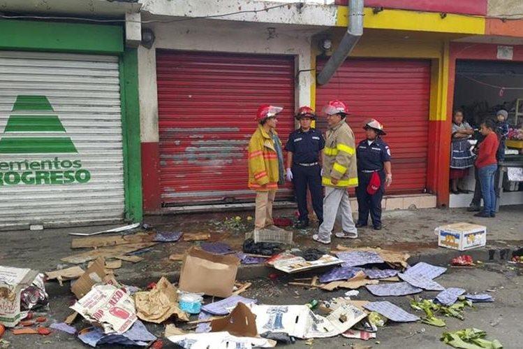 Así lucía la banqueta frente al local después de la explosión (Foto Prensa Libre cortesía Bomberos Municipales)