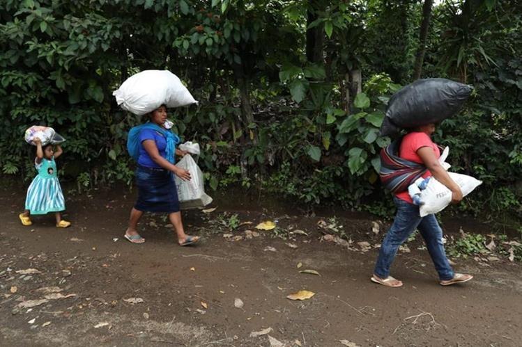 Pobladores de localidades de Yepocapa reciben víveres donados en diferentes centros de acopio. (Foto Prensa Libre: Esbin García)