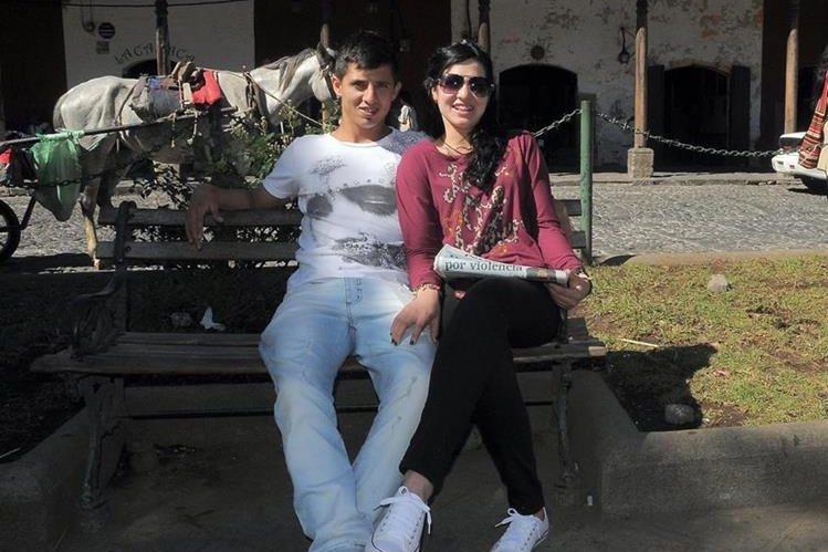 Alejandro Díaz posa junto a su novia Yamila Miño en el parque de Antigua Guatemala. (Foto Prensa Libre: Carlos Vicente)